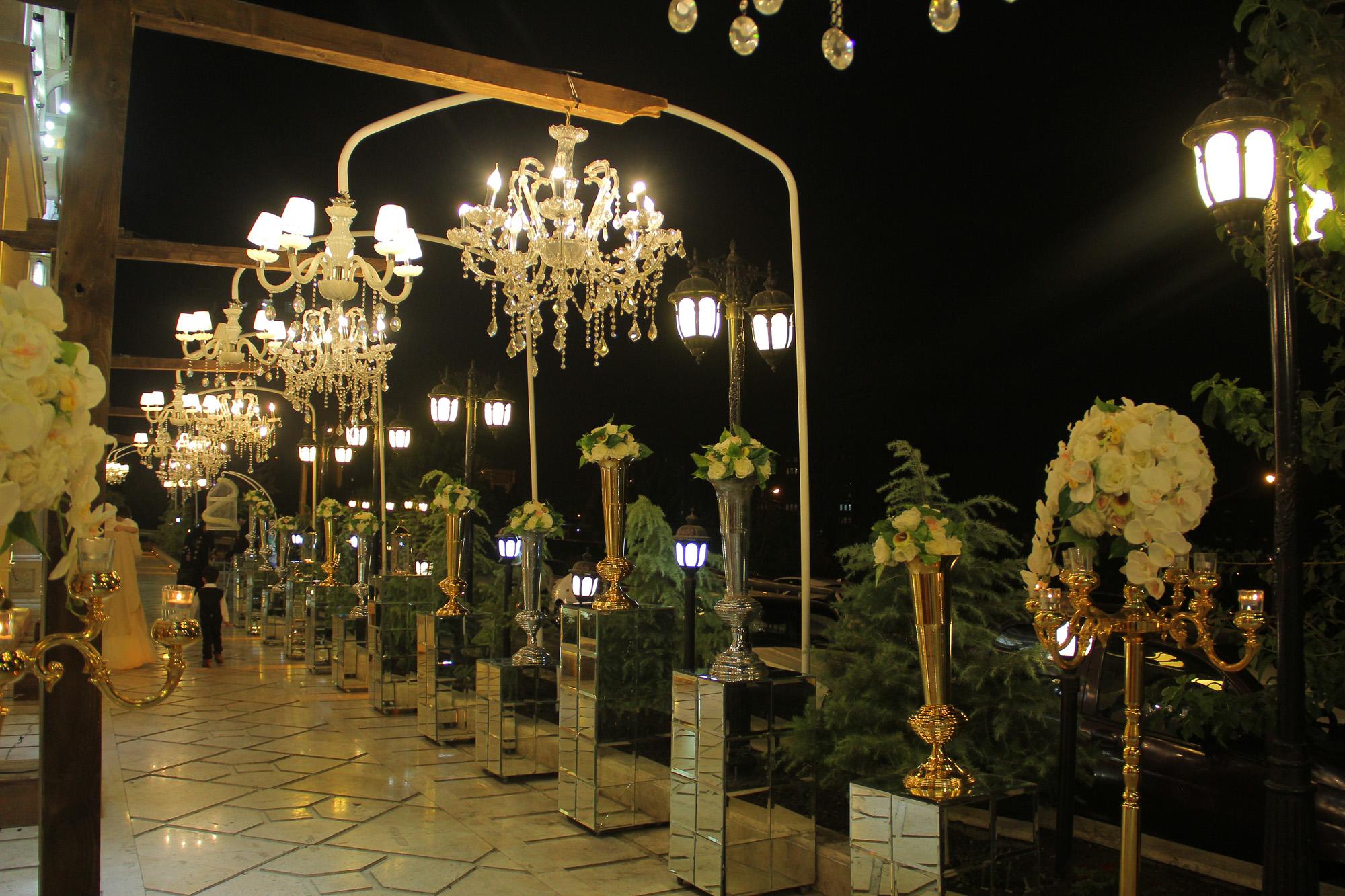 نمای ورودی عمارت در شب