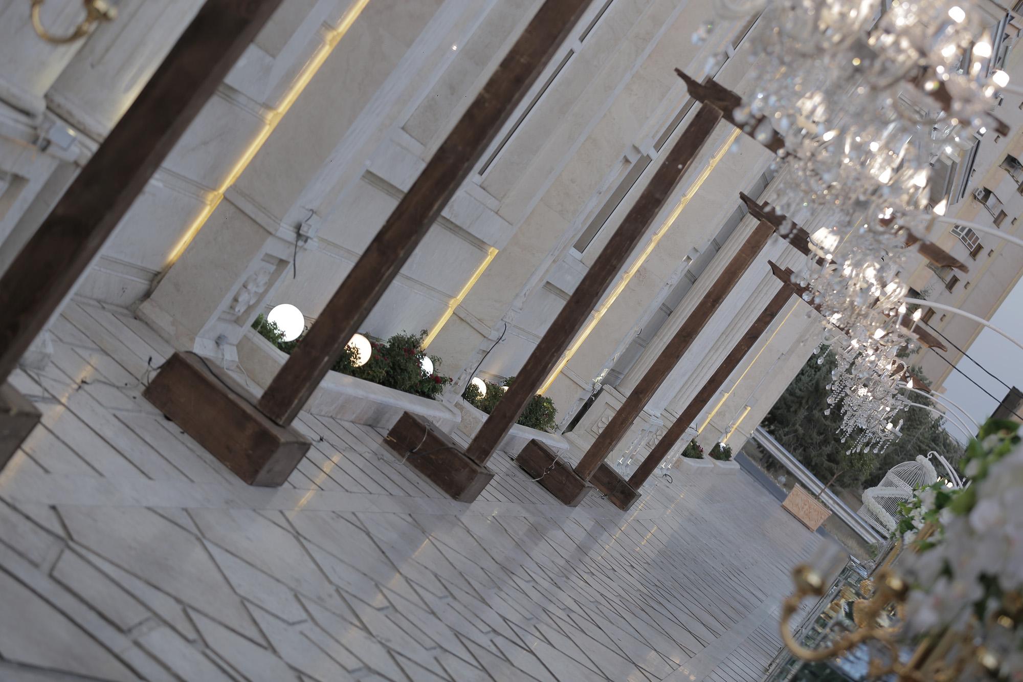 نمای ورودی عمارت در روز